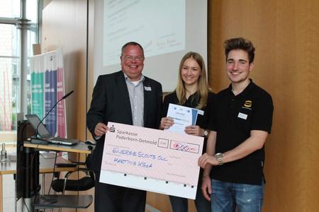 Freuten sich über die Platzierung und den Geldpreis: Ausbildungsleiter Nico Gottlieb und die beiden Auszubildenden Larissa Meier und Dominik Meyer (von links nach rechts)