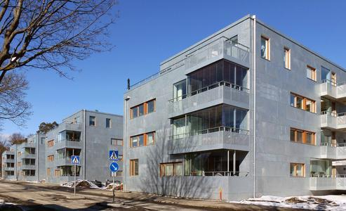 In Enskede bei Stockholm wurden vier Mehrparteienhäuser mit feuerverzinkten Fassaden errichtet (Foto: Holger Ellgaard)