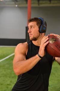 Profi-Sportler wie der NFL-Footballer Tim Tebow tragen den Combat+ auch bei härterem Training