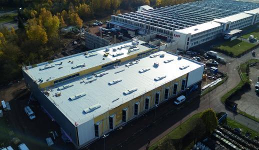 Baustellen-Ansicht des neuen Oberflächen- und Wärmebehandlungs-Zentrums am EJOT Standort in Tambach-Dietharz (Thüringen)