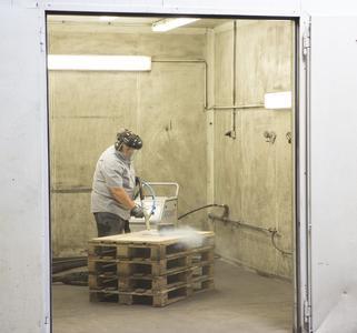 Zahlreiche Testversuche, um gezielt die optimalen Parameter bezüglich Strahldruck sowie Trockeneismenge bzw. Menge des Abrasivmittels für die Abtragung der neuen Schlichtestruktur zu definieren