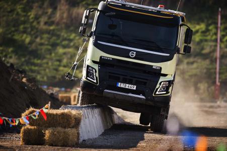 Alle Bauteile an der Unterseite des Volvo FMX sind so hoch wie möglich platziert, um sie vor Beschädigungen zu schützen. Obwohl er eine Betonwand entlang schleift, fährt der Lkw ohne Kratzer weiter