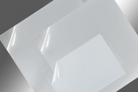 POLIFILM PROTECTION bietet eine neue, coextrudierte Spezialschutzfolie für das Thermoformen von Polycarbonat an. Die Schutzfolie kann selbst während sehr langer Vortrocknung bei rund 100 °C auf der Oberfläche verbleiben.