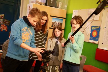 Hinter der Kamera wie die Profis: Der elfjährige Joris an der Kamera (v. l.), Siri (12) macht die Regie, Mia (10) gibt mit der Filmklappe den Startschuss und der elfjährige Tore hält die Tonangel / Copyright: Draheim/Region Hannover