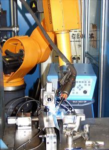 CP-Hochleistungsschweißen (Cold Process) mit ROMAT®-Industrieroboter in der Dünnblechbearbeitung.