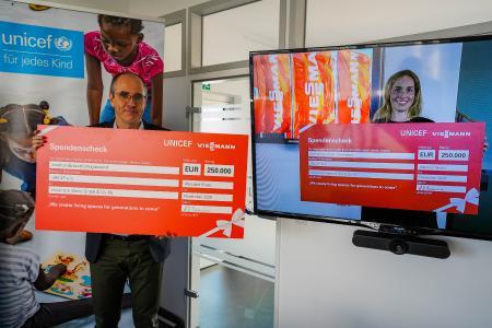 Katharina Viessmann überreichte den Scheck über 250.000 Euro virtuell an den Geschäftsführer von UNICEF Deutschland, Christian Schneider.