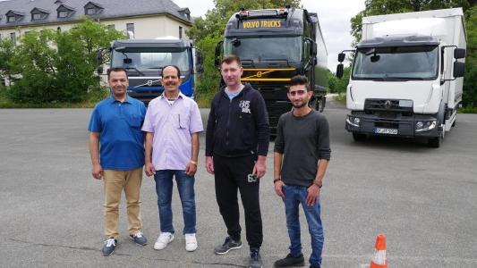 Sicherheit und Nachhaltigkeit: Angehende Berufskraftfahrer bei den Fahrsicherheits- und Eco-Trainings auf dem Betriebsgelände des Bundesgrenzschutzes in Coburg.