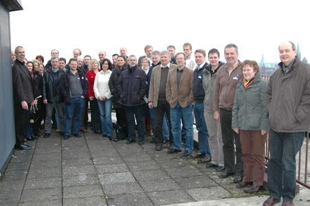 Prof. Dr.-Ing. Carsten-W. Müller (links) mit einigen Seminarteilnehmern.