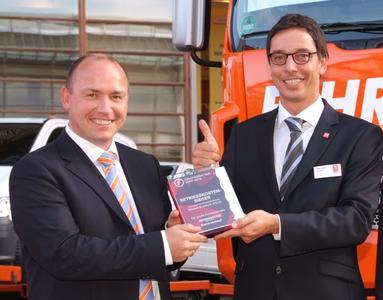 Joachim Fehrenkötter, Inhaber der gleichnamigen Spedition, übergibt den Preis für das wirtschaftlichste Fahrzeug an Renault Trucks Deutschland Geschäftsführer Stefan Schall