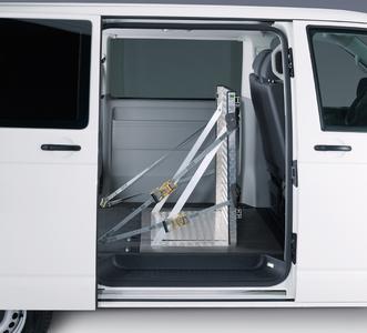Ladungsschott mit Gurten an den Standardzurrösen im Fahrzeug fixiert