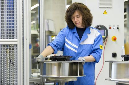 Montage von hocheffizienten elektronisch geregelten GreenTech EC-Ventilatoren. ebm-papst hat seine führende Weltmarktposition gefestigt und gilt in allen relevanten Marktsegmenten als Technologieführer
