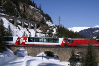 Seit 1930 rollt der Glacier Express vom Engadin zum Matterhorn und verbindet auf seiner rund achtstündigen Fahrt die weltbekannten Kurorte Davos/St.Moritz mit Zermatt.