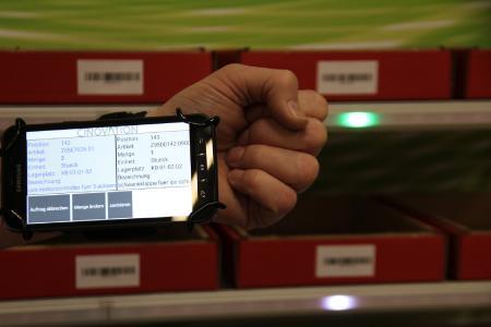 Der nächste Lagerplatz wird zusätzlich zur Ausgabe auf dem Smartphone mit einer LED farbig markiert.
