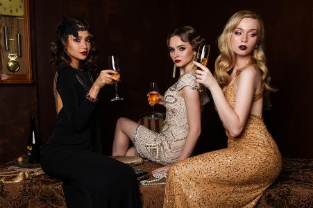 Drei Grazien schwelgen in Luxus...