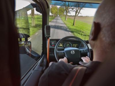 """Die vielen subtilen orangefarbenen Akzente im Innenraum der Volvo FH """"25 Year"""" Sonderedition sorgen für einen hohen Wiedererkennungswert. Sie betonen den Sicherheitsaspekt – einen der Kernwerte von Volvo Trucks – und tragen gleichzeitig zu einem harmonischen Gesamteindruck bei"""