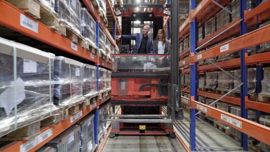 Wirtschaft trifft Wissenschaft: Maren Müller vom IPH hat im Forschungsprojekt eng mit Fachleuten aus der Praxis zusammengearbeitet – unter anderem mit Oliver Kilian, Logistikleiter bei der Georg Ebeling Spedition GmbH. (Foto: Beatrix Kamlage, IPH)
