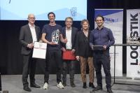 Die Freude steht ihm ins Gesicht geschrieben: parcelLab erhält den Smart Solution Award 2019 und wird von Tobias Buxhoidt (Gründer & CEO der parcelLab GmbH; 2.v.l.) entgegengenommen. Es gratulieren Dr. Petra Seebauer (Geschäftsführerin der EUROEXPO Messe- und Kongress-GmbH und Herausgeberin des Fachmagazins LOGISTIK HEUTE; 2.v.r.), Harald Geimer (Partner bei PwC Management Consultants; l.) und Maximilian Schäfer (Laudator und Managing Director, InstaFreight GmbH, Smart Solution Award-Preisträger 2018; m.)