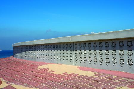 An der Hochwasserschutzwand in Breskens, Niederlande wird mit einem Grundriss-Symbol an das Fort Frederik Hendrik erinnert, das sich früher an dieser Stelle befand.