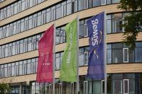 Süwag-Fahnen wehen vor der Unternehmenszentrale in Frankfurt-Höchst