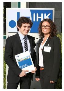 CONET-Auszubildender Moritz Menken (links) mit Ausbildungsleiterin Nicole Goebel nach der feierlichen Übergabe der IHK Bonn/Rhein-Sieg. Foto: Juliane Wanhoff