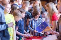 Schülerinnen und Schüler informieren sich über die Länder Europas