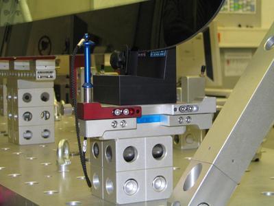 Die fragilen Frontscheiben werden schonend auf Kunststoffkomponenten aufgelegt