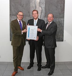 Stefan Dissel (m.) überreichte das Siegel an Arnulf und Olaf Piepenbrock (r.). (Bild: Piepenbrock)