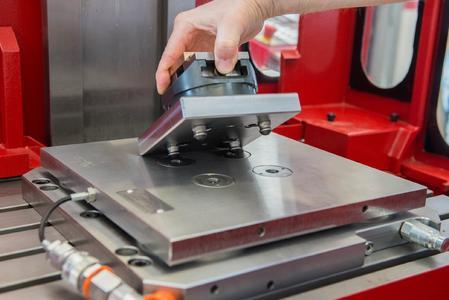 Auf der Grundplatte sitzt eine Sonderplatte mit vier AMF-Nullpunktspannmodulen K 5.