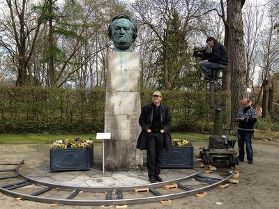 Die berühmte Wagner-Büste auf dem Gelände des Festspielhauses in Bayreuth durfte bei den Filmaufnahmen natürlich nicht fehlen. Regisseur Hans Christoph von Bock und Kamerateam bei den Dreharbeiten © DW (Hans Christoph von Bock)