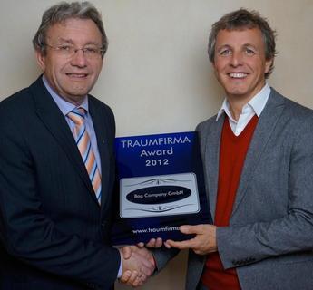 Hr. Georg Paulus (links) übergab den Award an Roland Gartner, Geschäftsführer der Bag Company GmbH