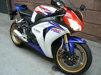 Die weißen Leitungen passen auch zur blau/weiß/roten CBR 1000 RR mit ABS. Bildnachweis: Melvin