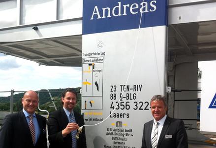 """Staatssekretär Dr. Andreas Scheuer (Mitte) tauft den 1000sten Waggon der BLG AutoRail passend auf den Namen """"Andreas"""", flankiert von den BLG-Geschäftsführern Frank Lehner (BLG AUTOMOBILE, links) und Gerald Binz (BLG AutoRail)"""