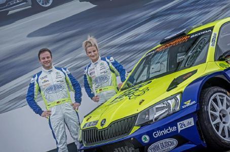Philip Geipel und Katrin Becker-Brugger stehen neben ihrem Skoda Fabia R5 von Speedlife