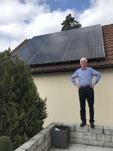 Herr Stens vor seiner SunPremium Photovoltaik Anlage