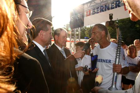 Jürgen Mennel wird nach seinem 650-Kilometer-Lauf von Ministerpräsident Günter H. Oettinger und Minister Wolfgang Reinhart in Empfang genommen