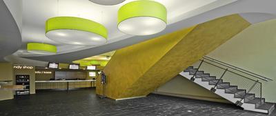 Der Eyecatcher im Cineplex Singen sind die mit CapaGold beschichteten Treppenaufgänge zu den Kinosälen im ersten Stock, Foto: Caparol Farben Lacke Bautenschutz/Martin Duckek