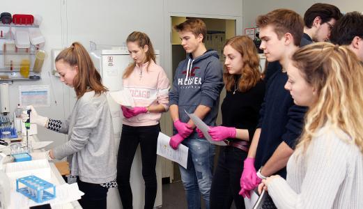 Die Schüler/innen in einem Labor der Zellbiologie an der TU Kaiserslautern. Foto: TUK
