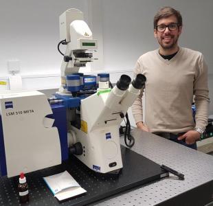 Dr. Henri Franquelim und das JPK NanoWizard® ULTRA Speed AFM, auf einem Zeiss LSM 510 META kon-fokalen Lichtmikroskop
