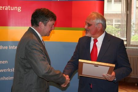 Kammerpräsident Walter Tschischka (rechts) gratuliert Martin Sättele (links) zur Ehrennadel in Silber der Handwerkskammer Mannheim Rhein-Neckar-Odenwald.
