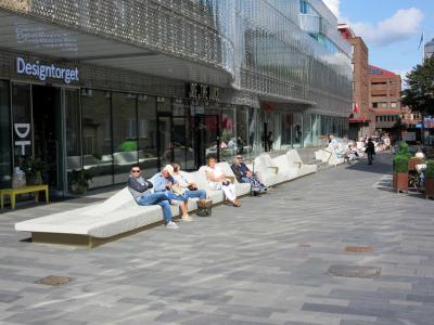 Das von Rosskopf + Partner gefertigte Riesen-Sofa verbindet die Menschen und prägt das Stadtbild nachhaltig. FOTO: Rosskopf + Partner