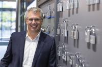 """Christian Rothe, Mitglied der Geschäftsleitung von ABUS, freut sich über das besondere Urteil der Kunden, welches ABUS zum """"Produkt-Champion 2020"""" macht. © ABUS"""