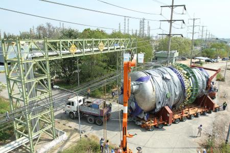 A 227 ton reactor component on THP axle lines about to pass under a power line / Photo by Goldhofer
