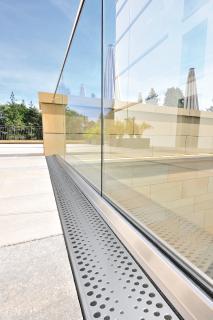 Der Designrost Perla mit einer Materialstärke von 1,5 mm setzt dank seiner unkonventionellen Lochreihen im Außenbereich optische Akzente.