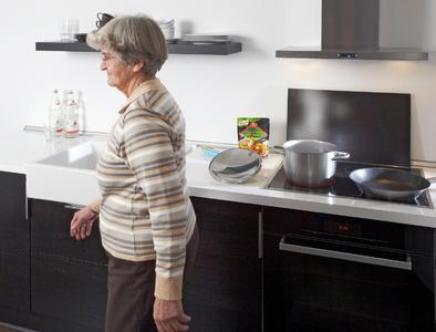 Ein vergessener Herd führt schnell zu einem Wohnungsbrand. Mit den richtigen Assistenzsystemen können Senioren länger in den eigenen vier Wänden leben, ohne in ein Pflegeheim zu müssen. Dazu gehören der Hinweis auf den angelassenen Herd oder die vergessenen Medikamente. Auch einen Sturz erkennen und Hilfe holen, können diese Systeme. Im EU-Projekt ReAAL wird dies nun einem Praxistest unterzogen. 7000 Nutzer in acht EU-Ländern, darunter auch Deutschland, dürfen bald in solchen Intelligenten Wohnungen leben. Bei dem heute in Berlin beginnenden 6. Deutschen AAL-Kongress stellt das Fraunhofer IGD auch ReAAL vor