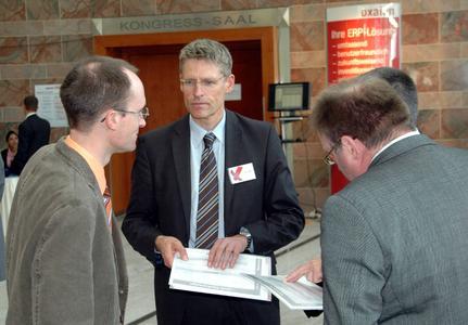 Die Besucher nutzten die zahlreichen Möglichkeiten zum Networking und Gedankenaustausch. Hier im Gespräch mit oxaion-Beratern: Volker Grothaus, IT-Leiter beim Maschinen- und Anlagenbauer Jöst.
