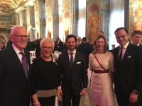Prinz Carl Philip von Schweden (Mitte) mit (v. links) Dietmar und Margrit Harting, Bettina und Dr. Jochen Köckler, Vorsitzender des Vorstands der Deutschen Messe AG Hannover