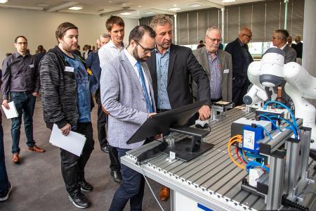 Im Bild zu sehen: Modellvorführung des Roboters Panda durch Stefan Retzlaff, Arend, und Michael Hiebinger, Franka Emika, Bildquelle: Thorsten Sperk