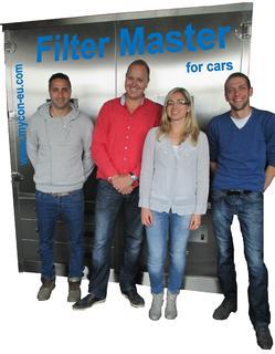 "Herr Waris, Herr Angenent (Enviro-ICS B.V. / Tunex Automotive B.V), Frau Michalowski (mycon GmbH), Herr Rogge (IROsoft-Cleantech GmbH) mit der Anlage ""FilterMaster for cars"""