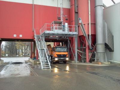 [Silodurchfahrt] / Fahrwege dürfen durch die Liftanlage nicht behindert werden – daher entschied man sich für den Aufbau eines Stahlpodests / Foto: Böcker Maschinenwerke, Werne