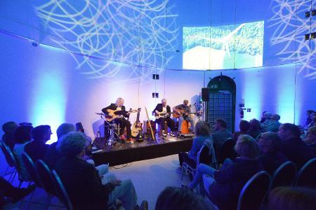 Akustisch und optisch ungewöhnlich: Das Acoustic Guitar Night Trio verzauberte die 3 mal 80 Besucher bei Konzerten in einer funktionsfähigen Windkraftanlage des Betreibers WestfalenWIND